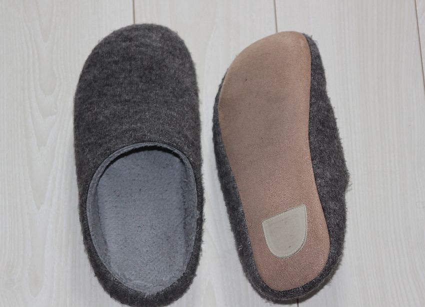 Maintain your floor by using best slippers